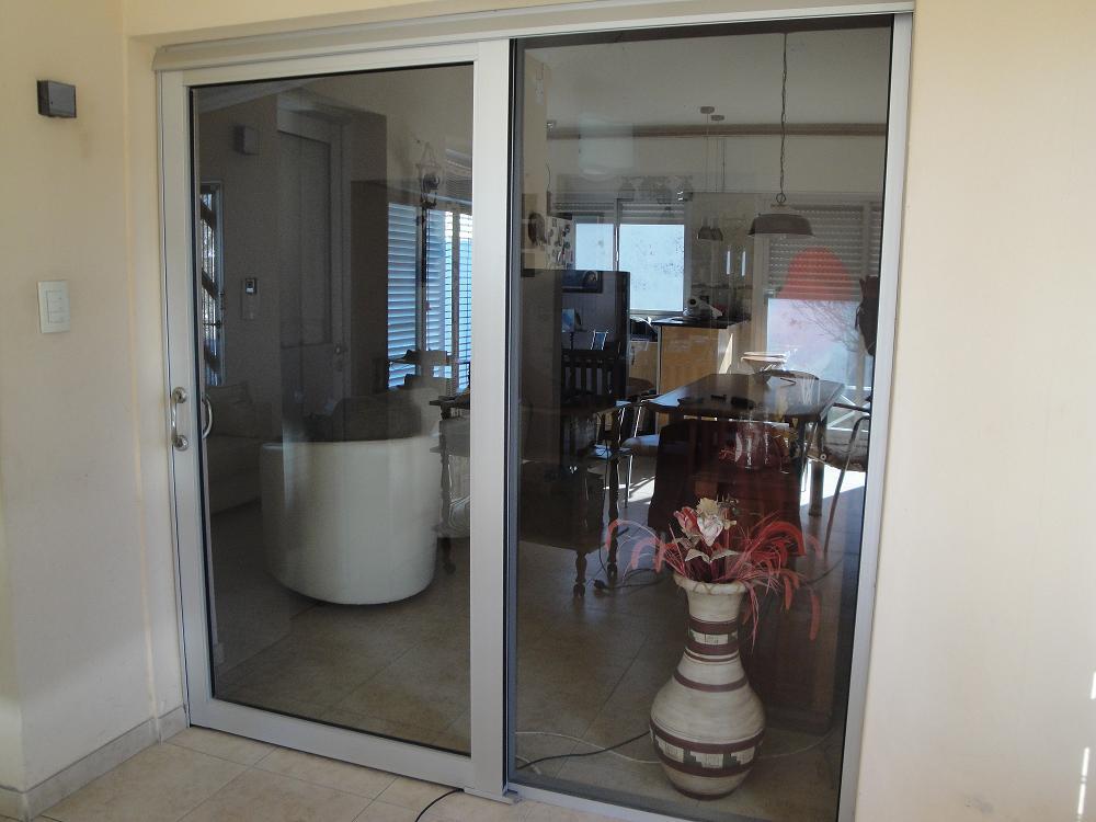 Puerta ventana de aluminio con linea herrero y linea for Aberturas de aluminio puerta ventana