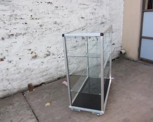 Vitrinas-de-Aluminio-y-Vidrio-con-base-negra