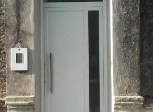Puerta de aluminio grande para casa antigua