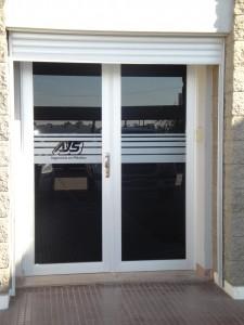 Puerta dos hojas de Abrir Linea Herrero con Cortina Tubular de Aluminio anodizado Natural