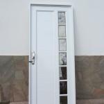 Puerta de aluminio línea Herrero con detalles de vidrio repartido.
