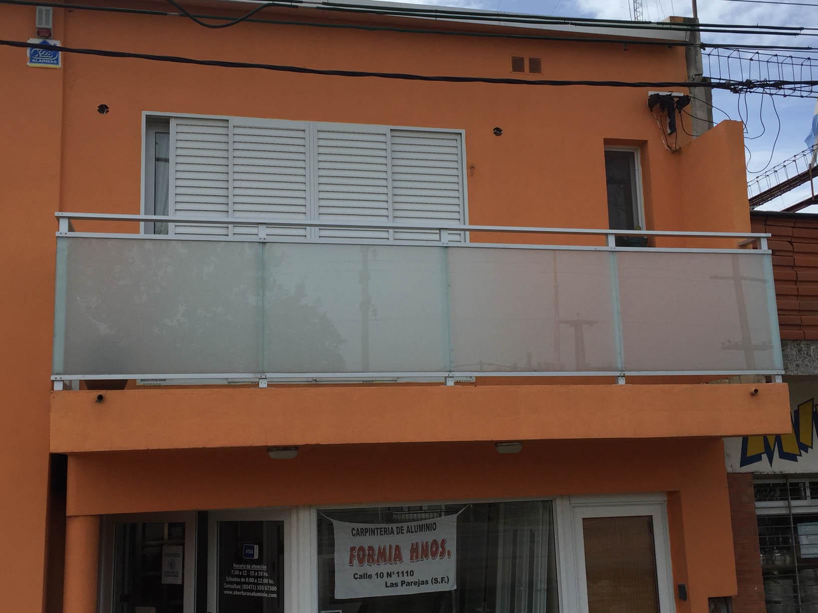 cerramiento de balcon de aluminio con cristal blisan esmerilado