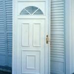Puerta de aluminio Herrero ciega con detalles.