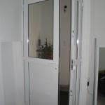 Puerta de aluminio dos hojas de abrir color blanco.
